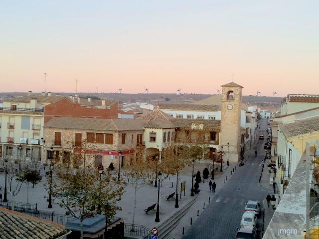 Plaza Mayor de Mota del Cuervo coronada por sus siete molinos de viento